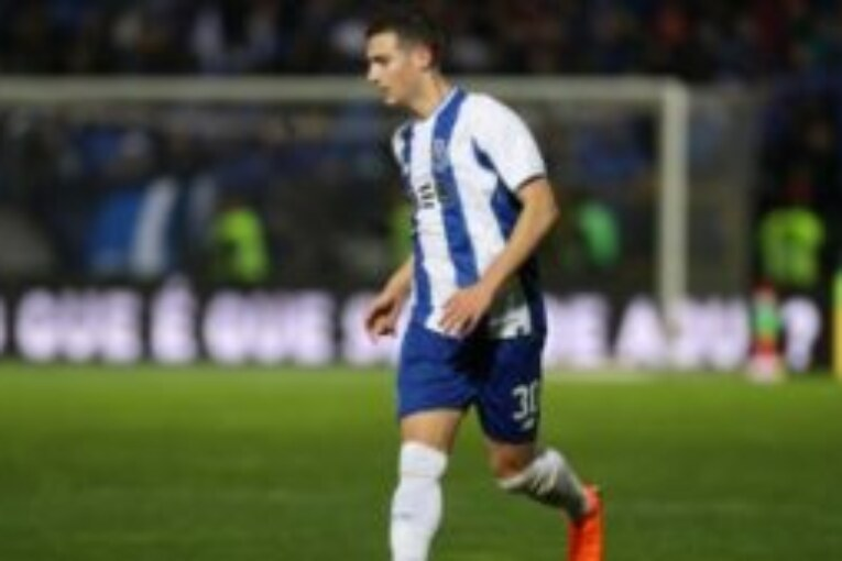 Powerful defender agrees to Manchester United deal